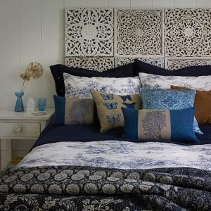 Темно-синяя и белая спальня