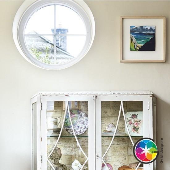 Прибрежная гостиная с окном иллюминатора