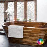 Стильная белая ванная с деревянной ванной