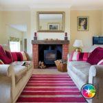 Традиционная гостиная с розовыми акцентами