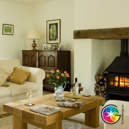 Традиционная гостиная с деревянной мебелью