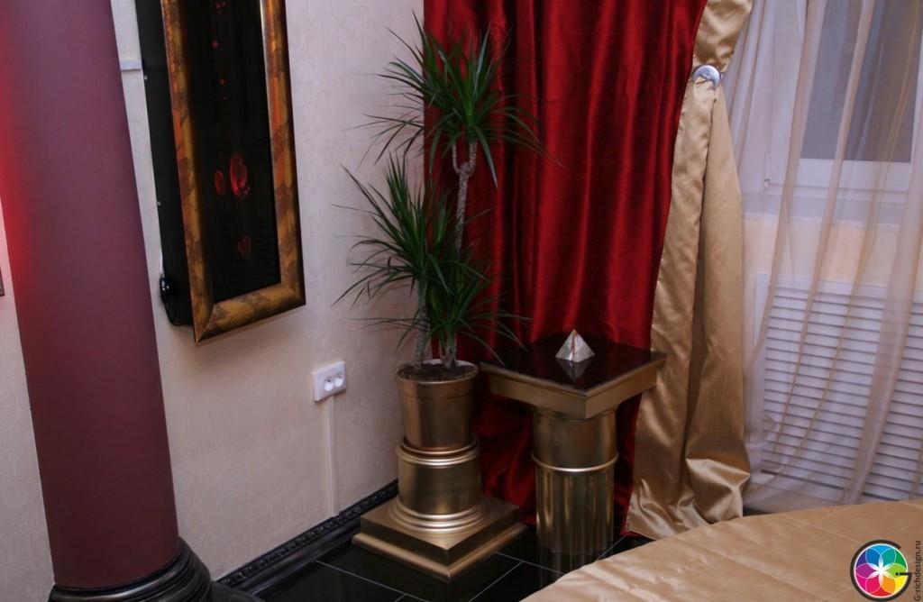 Прикроватная тумбочка и цветы в дизайне интерьера