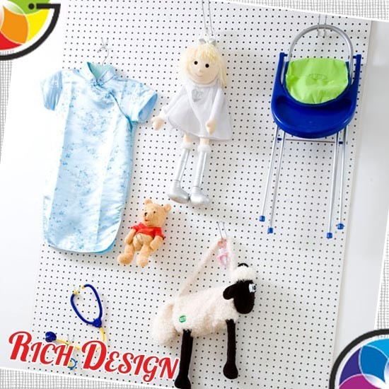 удобное хранение детских вещей на стене