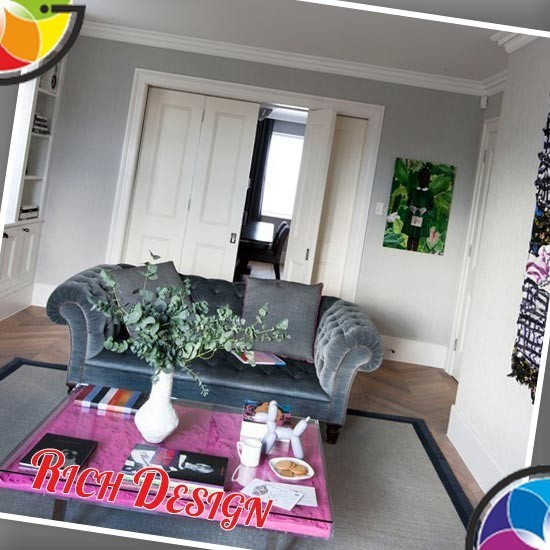 гостиная с розовым столиком и удобным диваном
